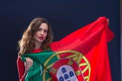 有葡萄牙的旗子的美丽的深色的妇女 免版税图库摄影