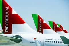 有葡萄牙航空公司商标的四条飞机尾巴 库存图片