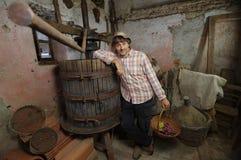 有葡萄篮子的酿酒商 免版税图库摄影