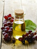 有葡萄菜籽油的瓶 免版税库存图片