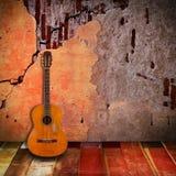 有葡萄酒室的老吉他 免版税库存照片
