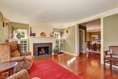 有葡萄酒家具和红色地毯的好的客厅 免版税库存图片