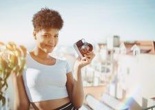 有葡萄酒影片照片照相机的两种人种的夫人 免版税库存照片