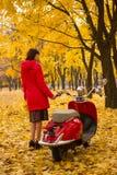 有葡萄酒摩托车的女孩 免版税库存图片