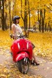 有葡萄酒摩托车的女孩 免版税库存照片