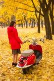 有葡萄酒摩托车的女孩 免版税图库摄影