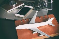 有葡萄酒旅行的玩具飞机为商务旅游反对 免版税图库摄影