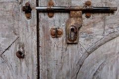 有葡萄酒木门的螺栓 免版税库存图片