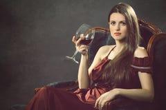 有葡萄酒杯的典雅的时尚妇女 库存图片