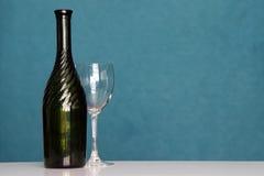 有葡萄酒杯的酒瓶 库存照片