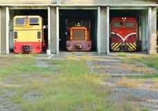 有葡萄酒柴油火车的老棚子 库存照片