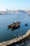 有葡萄酒桶的传统小船。波尔图。葡萄牙 图库摄影