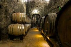 有葡萄酒桶的地窖 免版税库存图片