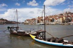有葡萄酒桶的小船在杜罗河河在波尔图 免版税库存照片