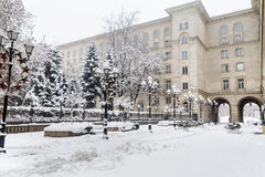 有葡萄酒灯的冬天街道在索非亚,保加利亚 花雪时间冬天 免版税库存照片
