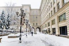 有葡萄酒灯的冬天街道在索非亚,保加利亚 花雪时间冬天 免版税库存图片