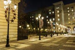 有葡萄酒灯的街道在索非亚,保加利亚在晚上 免版税库存图片