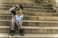有葡萄酒照相机的孩子 免版税库存图片