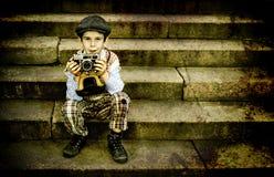 有葡萄酒照相机的孩子 库存照片