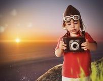 有葡萄酒照相机的小摄影师 免版税库存照片