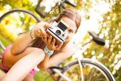 有葡萄酒照相机的美丽的少妇 库存图片