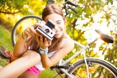 有葡萄酒照相机的美丽的少妇 图库摄影