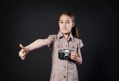 有葡萄酒照相机赞许的小女孩在黑背景 图库摄影