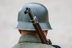 有葡萄酒盔甲和武器的战士 免版税库存图片