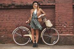 有葡萄酒自行车的时髦的女人 免版税库存照片