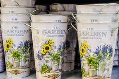 有葡萄酒花卉装饰的空的桶在白色背景 库存图片
