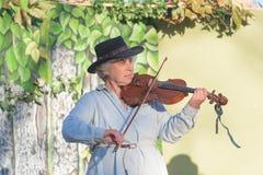 有葡萄酒衣裳的音乐家 免版税库存图片