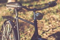 有葡萄酒覆盖物的减速火箭的自行车 免版税库存照片