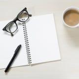 有葡萄酒镜片的空白的笔记本 免版税库存照片