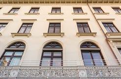 有葡萄酒阳台的美丽的瑞典修造的布朗Windows 图库摄影