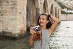有葡萄酒photocamera的旅行家妇女 免版税图库摄影