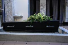 有葬礼花的棺材 免版税库存图片