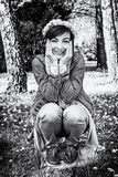 有蒲公英花圈的妇女在公园,无色 免版税库存照片