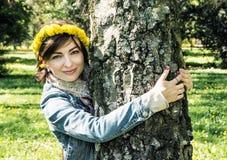 有蒲公英花圈的年轻浪漫妇女在头的是hu 免版税图库摄影