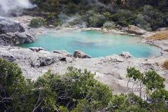 有蒸汽云彩的蓝色湖 库存图片