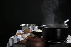 有蒸汽的金属平底锅 免版税库存图片