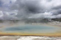 有蒸汽的黄石公园热的水池  免版税库存照片