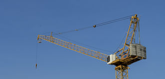 有蓝天下午时间的黄色塔吊 库存图片