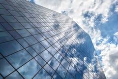 有蓝天和云彩的反射的摩天大楼 库存照片