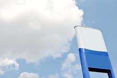 有蓝天和云彩的委员会 免版税库存照片