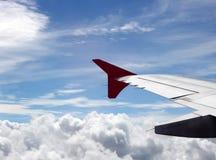 有蓝天和云彩的平面翼 库存照片