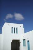 有蓝天和云彩的白色绘画房子 库存图片