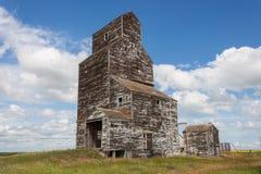 有蓝天和云彩的老被风化的谷物仓库 免版税库存图片