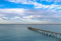 有蓝天和云彩的长袍跳船在长袍,南澳大利亚 免版税库存图片