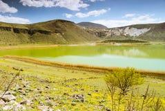 有蓝天和云彩的Vulcanic湖 免版税库存照片