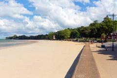 有蓝天和阳光的Ryde沿海岸区怀特岛郡在夏天在北部东海岸的这个旅游镇 免版税库存照片